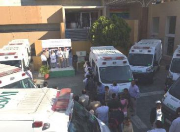 Entrega IMSS-Oaxaca diez ambulancias para sus hospitales