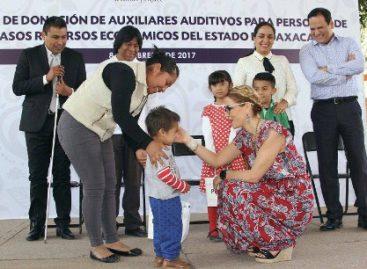 Entrega Ivette Morán de Murat 500 auxiliares auditivos a personas de escasos recursos