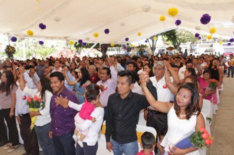 Celebran bodas colectivas en Xoxocotlán; dan certeza legal a 137 parejas