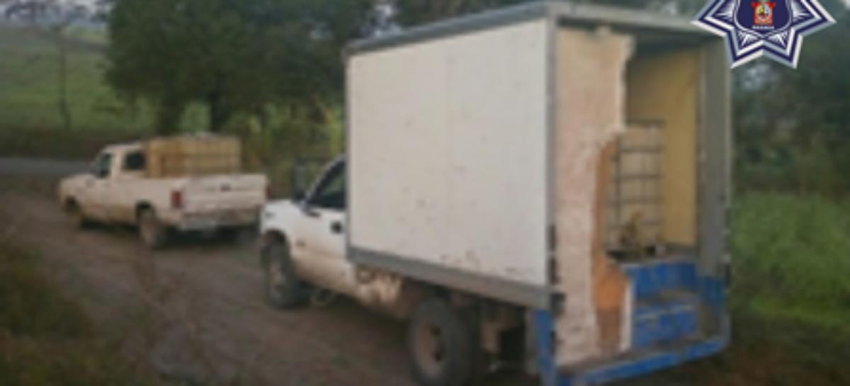 Hallan abandonadas tres camionetas cargadas de contenedores con hidrocarburo en Oaxaca