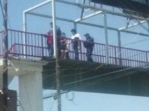 La joven fue trasladada por los policías federales a un hospital para una revisión médica.