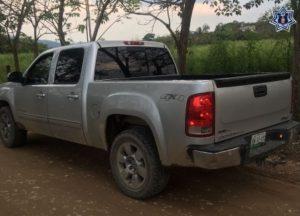 Camioneta tipo GMC Sierra, color plata, placas XW13102 de Veracruz.