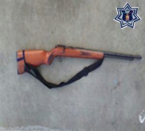 Arma asegurada a Esaú JH en el camino de terracería San Pedro Mixtepec-La Reforma Mixtepec.