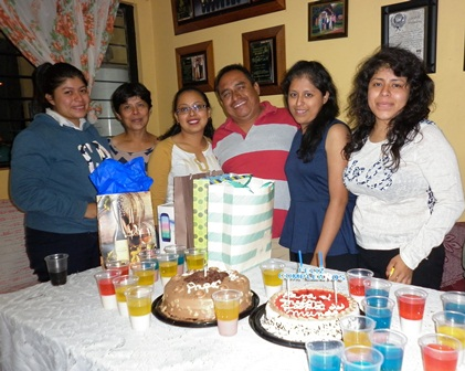 Festeja con su esposa e hijas