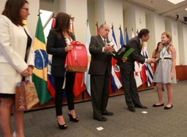 """Visitan México estudiantes de AL, ganadores de concursos del Programa """"Escuelas México"""""""