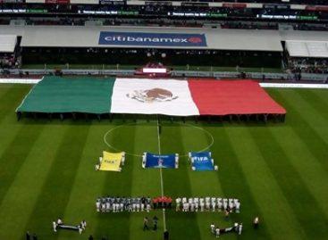 Despliegan Ejército y fuerza Aérea Mexicanos Bandera monumental en el estadio Azteca