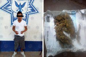 Portaba en la bolsa de su short un envoltorio de papel periódico con marihuana.
