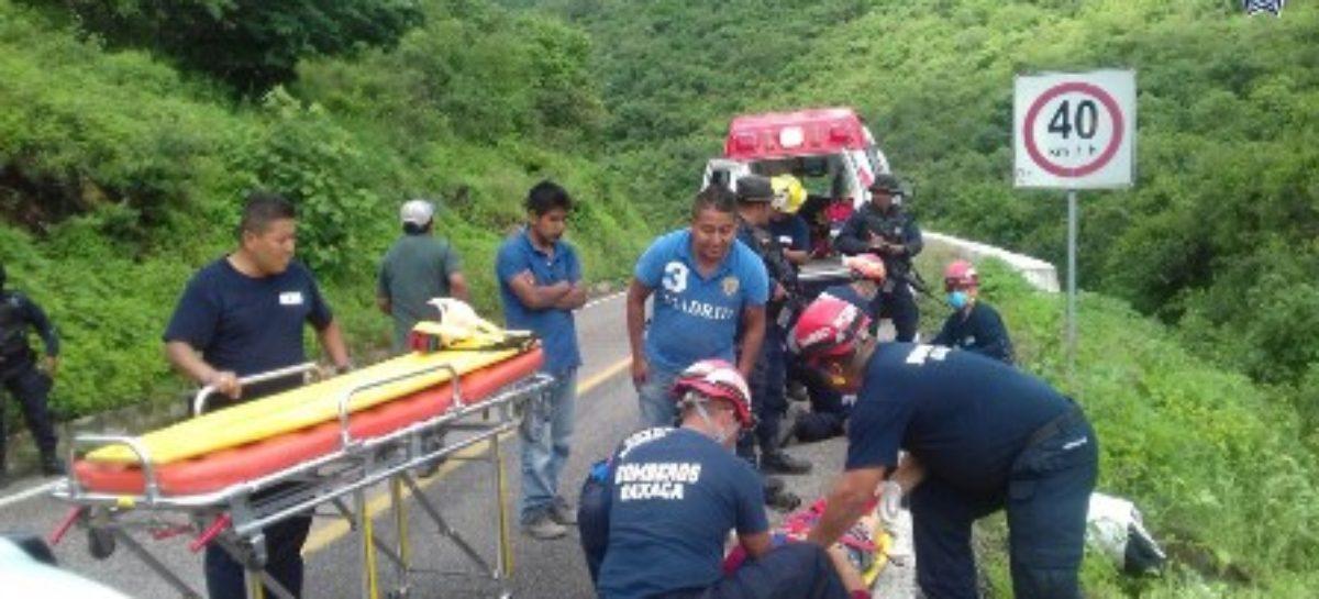 Brindan bomberos auxilio a lesionados tras percance automovilístico en Huayapam