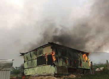 Deja enfrentamiento unas 50 viviendas quemadas y cinco vehículos destruidos en Zaachila, Oaxaca