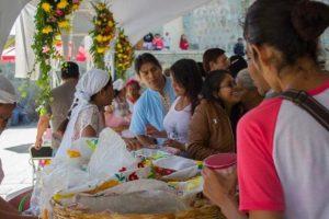 Participan más de 60 tejateras y tamaleras de San Andrés Huayapam.