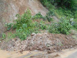 Reportan desgajamiento de cerros en algunos tramos carreteros.