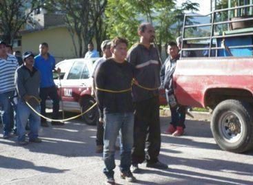 Exhiben públicamente a dos presuntos delincuentes en Santa Teresa, Huajuapan