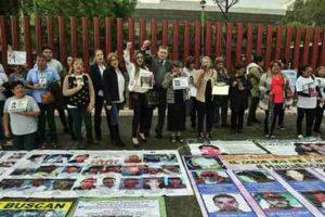 Se entrevista con familiares de personas desaparecidas que se manifestaron a las puertas del Palacio Legislativo de San Lázaro.