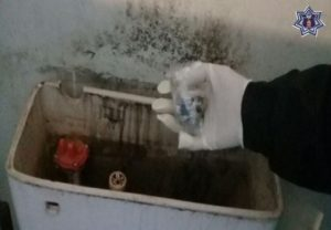 Al interior del depósito de agua de un inodoro hallaron 30 envoltorios.