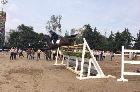 Logra Julio César Ramírez nuevo record militar ecuestre de salto de altura