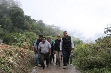Supervisa Gobierno de Oaxaca daños y entrega apoyos en la Sierra Norte