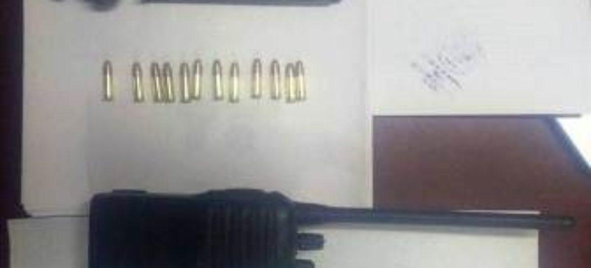 Aprehenden policías estatales a dos sujetos con un arma, en la Sierra Sur