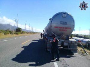 Detuvieron su camino 11 tractocamiones en la estación de servicio de PEMEX sobre el km 0 y seis más en el Puente de La Venta.