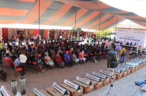 Benefician a familias de Teotitlán del Valle y Tlalixtac de Cabrera con estufas ecológicas
