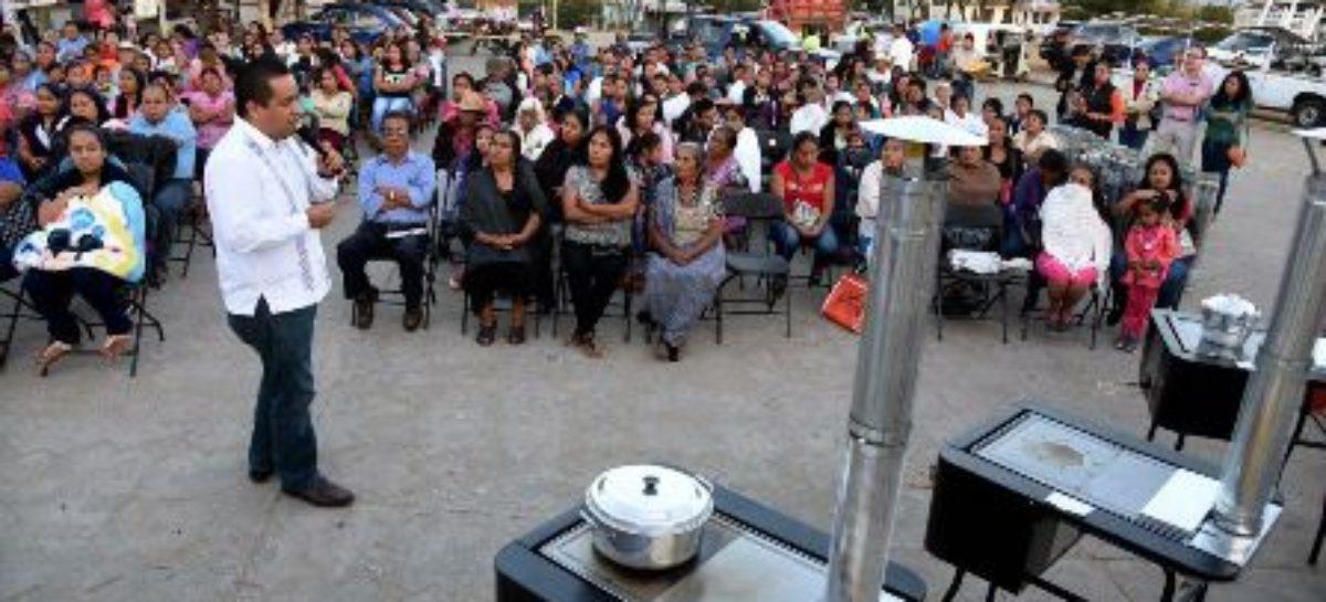 Entrega diputado estufas ecológicas en Cuilápam de Guerrero, Oaxaca