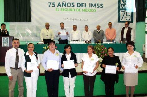 En el 75 aniversario del IMSS, reconocen desempeño laboral de siete trabajadores