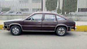 Vehículo Chevrolet, café, placas MMM-59-19 del Estado de México y número de serie ilegible