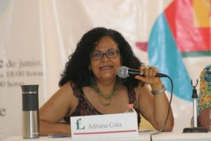 """Martha Adriana Cota Sánchez, promotora de la lectura de la UAM Xochimilco, encabezó la presentación de """"Relatos fugitivos""""."""