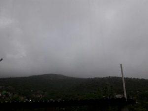 Las lluvias de la tarde-noche causadas por un canal de baja presión sobre el sureste del país.