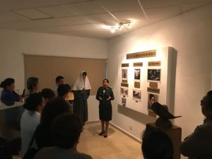 Recorren la sala de historia de la Escuela Militar de Enfermería.