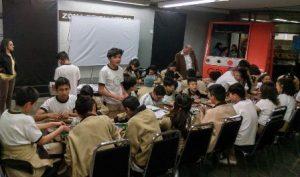 Además de las conferencias, hay talleres de arte, donde los chicos echan a volar su creatividad y desarrollan su talento.
