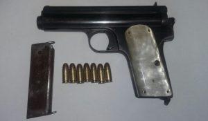 Pistola, calibre 7.65 mm, con un cargador metálico y siete cartuchos útiles.
