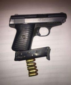 Arma de fuego tipo escuadra, calibre 25, marca ilegible, matricula 824719.
