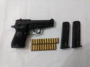 Pistola calibre 380 mm, Prieto Beretta, matrícula H66289Y, dos cargadores metálicos y 23 cartuchos calibre 380 mm.