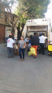 Las brigadas realizan labores de limpieza en camellones y avenidas.