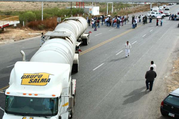Bloquean colonos la carretera Oaxaca-Puerto Ángel
