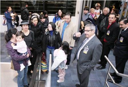 Arriban mexicanos repatriados de Japón