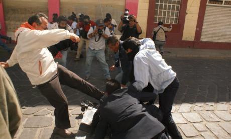 Protestan maestros frente al periódico Noticias