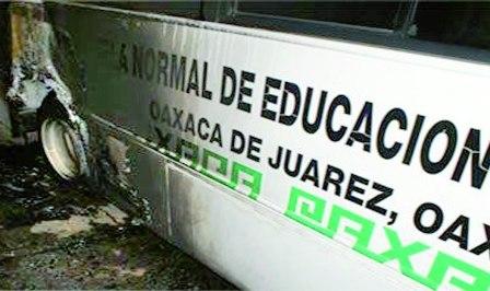 Incendian autobús de escuela normal y amenazan al Secretario General de la 22