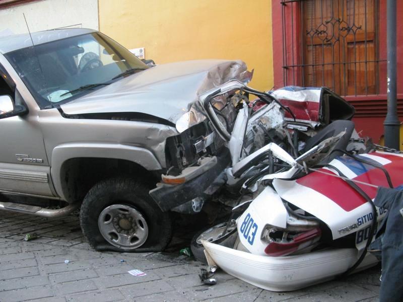 Mata a dos, ebrio conductor que aplasta taxi; municipales de Oaxaca libera a uno de los inculpados y alteran escena del crimen