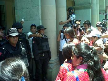 Denuncian ante la CIDH a funcionarios del gobierno de Cué
