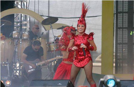 Deleita Yuri a las mamás de la Ciudad de México durante concierto gratuito en el Zócalo