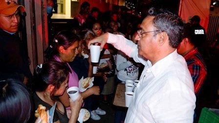 Policías estatales entregan pan, café y cobijas en hospital civil