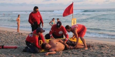 Rescatan bomberos a 45 personas en playas de Oaxaca durante periodo vacacional de fin de año