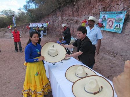 Reciben escaramuzas sombreros para la charrería en la Mixteca