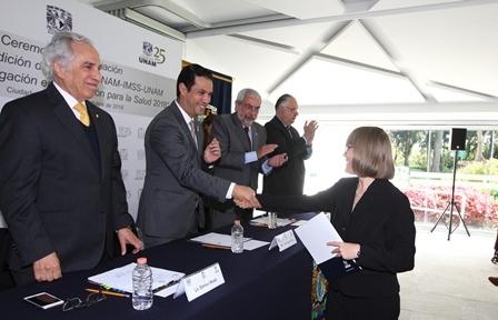 Entregan IMSS y UNAM premios a investigadores por trabajos sobre prevención de enfermedades