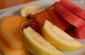 Debe contener proteínas, grasas, carbohidratos, fibra, calcio, vitaminas, minerales y agua.