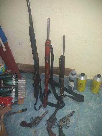 En operativo en San Pedro Ixcatlán, aseguran vehículos, armas y detienen a una persona: FGEO