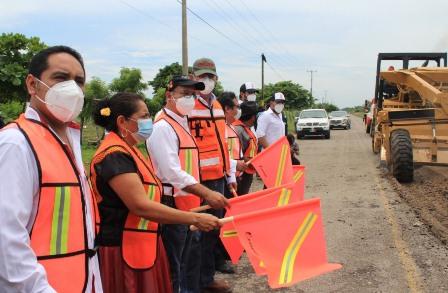 Mejoran carretera Juchitán-Unión Hidalgo y el camino San José Chiltepec-El Naranjal
