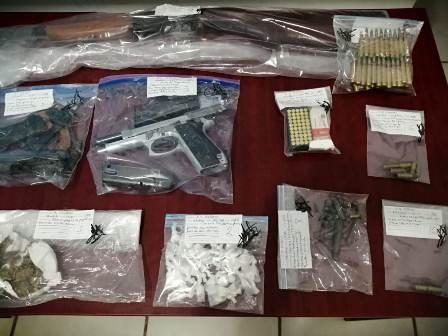 Aseguran armas y droga durante cateo en el Istmo; una persona detenida