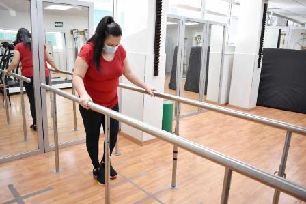 En Sinaloa, extirpan médicos del IMSS tumor en la columna de mujer y recupera movilidad